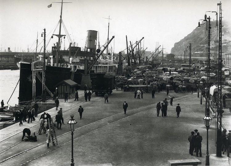 Puerto de Barcelona. Días de la huelga de transporte. Uno de los grandes vapores de la Isleña, probablemente el MALLORCA, atracado a su muelle habitual. Del libro Fem Memoria. El Port de Barcelona.jpg