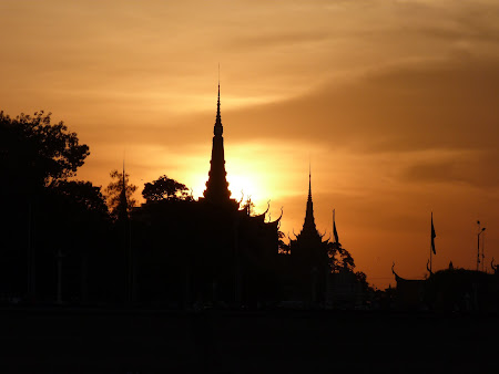 Obiective turistice Cambogia: apus de soare Phnom Penh