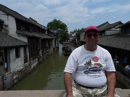China traditionala: Pe un pod peste un canal in Wuzhen