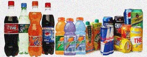 Bibite dolci di varie marche e tipi (etichette sfocate)