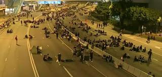 Trong tấm ảnh này, tài khoản Twitter có tên Nathan Ruser cho biết đó là thời khắc ghi lại lúc 2h30 sáng ngày 17-6 tại Hong Kong. Các nhóm người biểu tình mang theo từng túi lớn và gom nhặt rác.