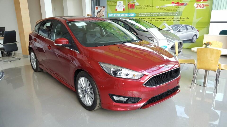 Xe ô tô Ford Focus 2018 màu đỏ 02