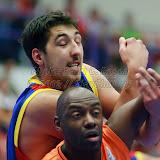 Ionut Dragusin se dueleaza cu Francisco Elso in meciul de calificare la Eurobasket Slovenia 2013, dintre Romania si Olanda disputat in Sala Transilvania din Sibiu, miercuri 15 august 2012.