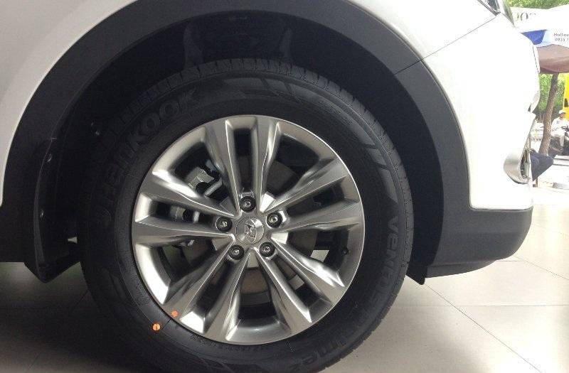 Xe Hyundai Santafe 7 Chỗ máy xăng màu trắng 015