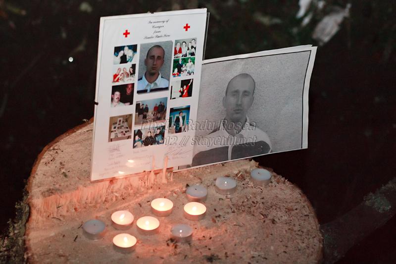 Lumânări aprinse lîngă fotografii ale lui Csongor Ferenczi, membru al echipajului SMURD care s-a prăbușit cu elicopterul în martie 2003