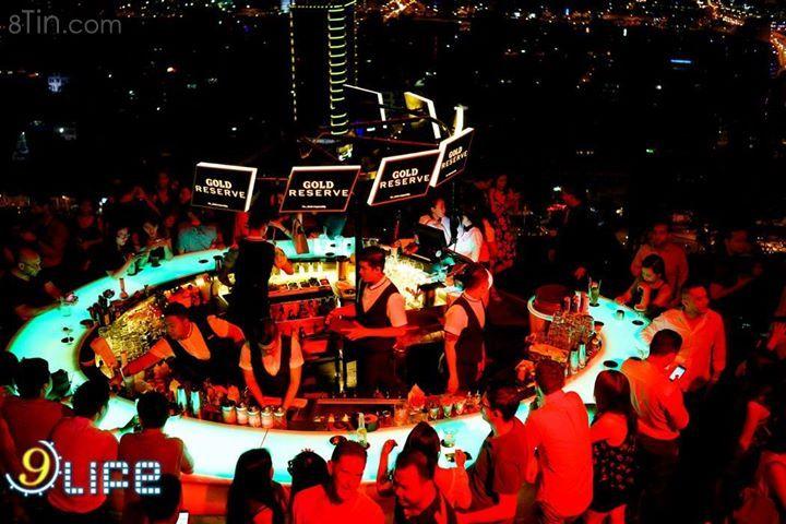 Dân tiệc tùng có mặt tại Chill  Sky Bar tối thứ
