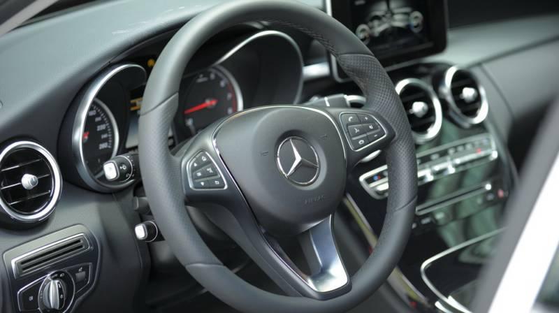 xe Mercedes Benz C200 New Model màu đỏ 012