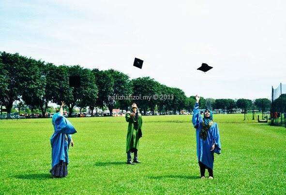 graduan baling topi konvokesyen