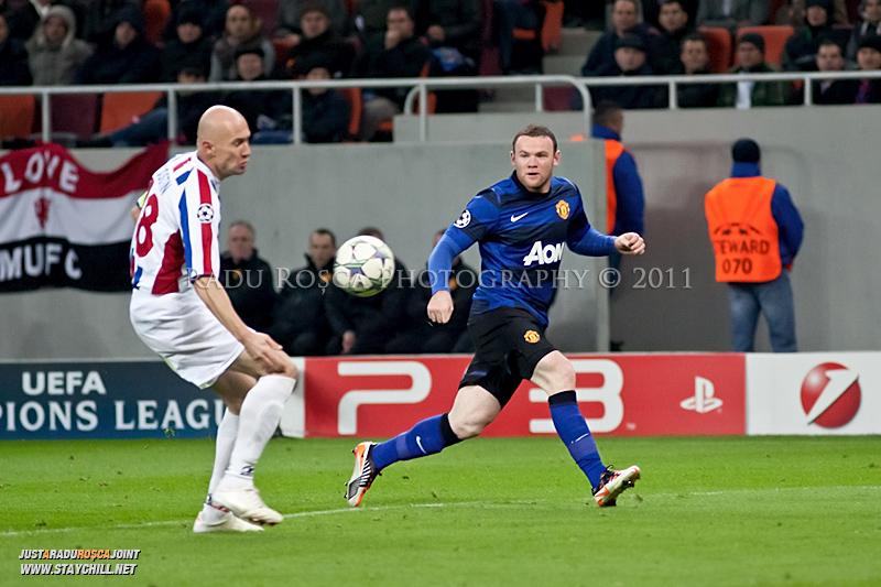 Wayne Rooney trimite o minge in mana lui Gabriel Giurgiu (28) aflat in careu, in timpul meciului dintre FC Otelul Galati si Manchester United din cadrul UEFA Champions League disputat marti, 18 octombrie 2011 pe Arena Nationala din Bucuresti.