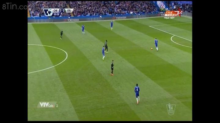 Trận đấu bắt đầu Chelsea mặc áo xanh và bảo vệ khung