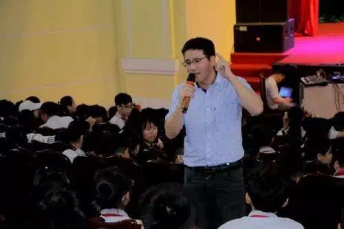 Nhà nghiên cứu Nguyễn Quốc Vương trong một buổi nói chuyện về văn hóa đọc.