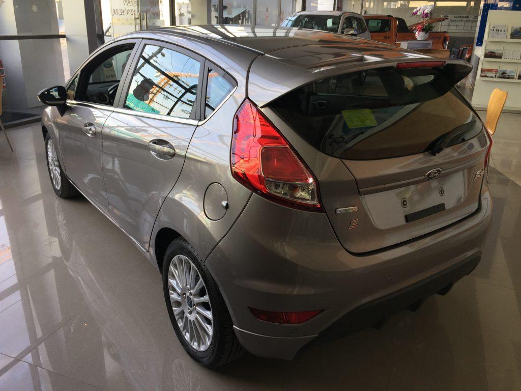 Xe Ford Fiesta 2018 màu xám 04