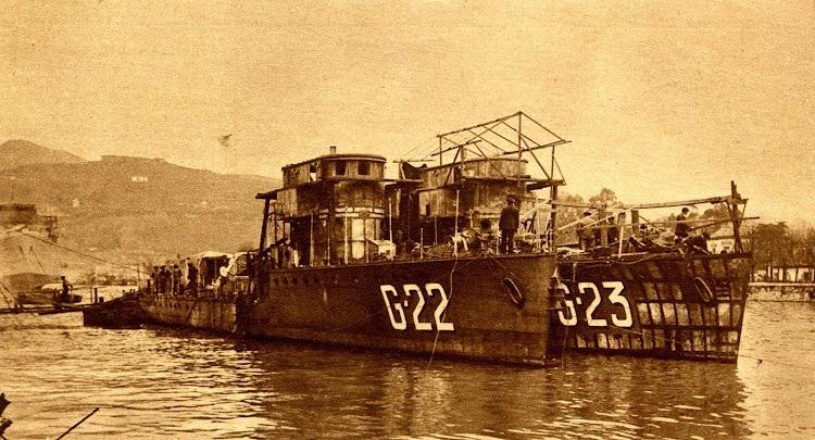 El G-22 y el G-23 en construcción y a flote en la ria de Bilbao. Foto Gil del Espinar.jpg