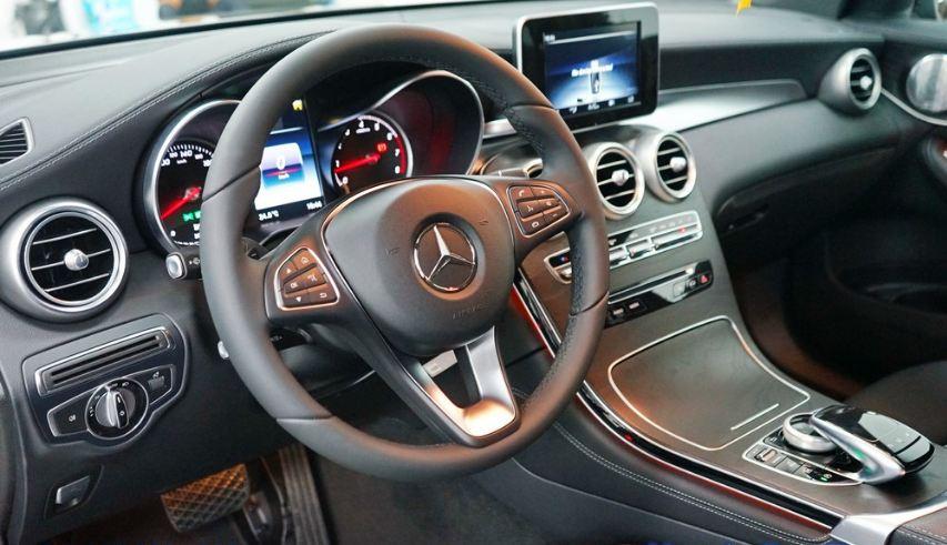 Nội thất xe Mercedes GLC 300 AMG màu đỏ 04
