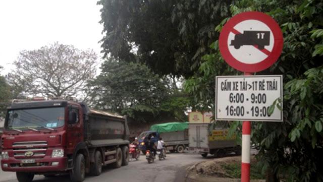 Biển cấm xe tải được cắm trên đường