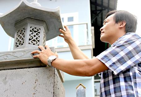 Ông Phạm Văn Duyệt giới thiệu sản phẩm đèn đá do công ty sản xuất.