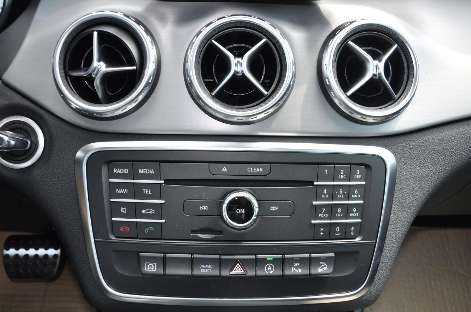 Nội thất xe Mercedes Benz GLA 250 4Matic màu trắng 06