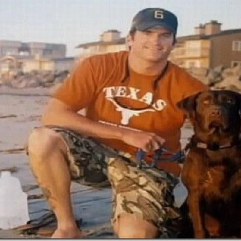 Perro junto al ataúd de John Tumilson