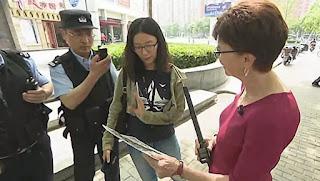 Cuộc phỏng vấn đã bị gián đoạn vì cảnh sát Trung Cộng ập tới (1:44 phút) và họ đã giam giữ nhóm phóng viên CBS sáu tiếng đồng hồ.