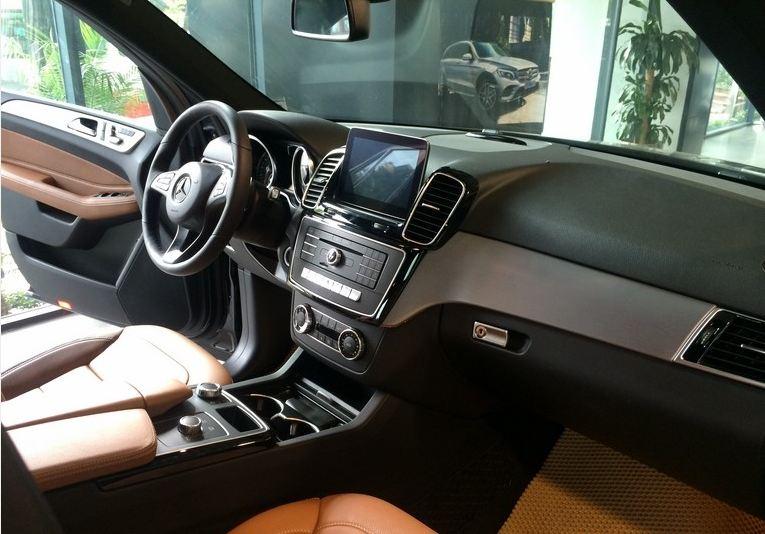 Nội thất xe Mercedes GLE 400 4Matic màu đen 04