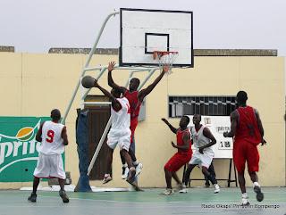 L'équipe de Delta (rouge) contre celle de Terreur (blanc) ce 12/06/2011 au stade des martyrs, lors de la 2ème phase du Championnat de ligue provincial de basketball de Kinshasa. Radio Okapi/ Ph. John Bompengo
