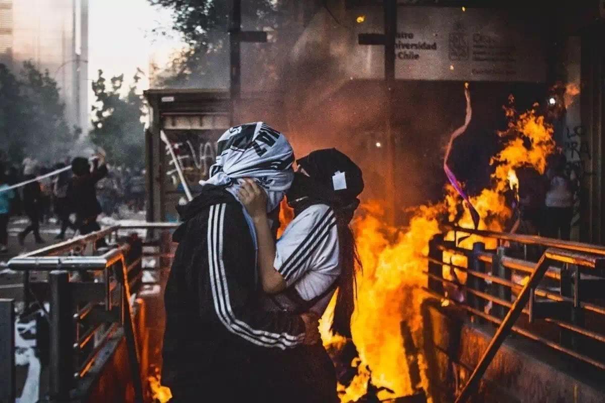 """Một hình ảnh Hong Kong. Quá đẹp có lẽ chưa lột tả được nó. Một """"nụ hôn làm người"""" giữa lửa cháy thời đại."""