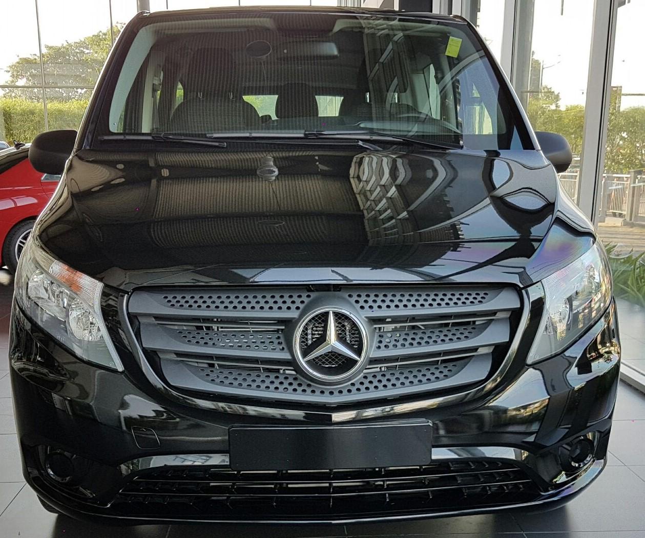 Ngoại thất Xe Mercedes Benz Vito Tourer 121 Máy Xăng màu đen 01