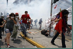 Protesters-flee-tear-gas--019