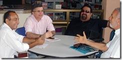 foto da reunião para discutir o Camarote da Acessibilidade - duas pessoas conversando em uma mesa