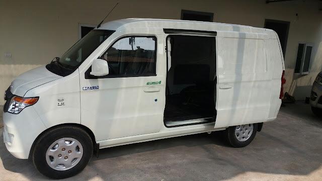 Xe bán tải 2 chỗ Kenbo 950kg sử dụng 2 cánh cửa lùa để đáp ứng các yêu cầu trên, xe hoàn toàn có thể giúp khách hàng bốc dỡ hàng trong phạm vi hẹp