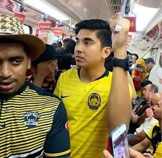 Bức ảnh Bộ trưởng Bộ Thanh niên & Thể thao Malaysia Syed Saddiq đi tàu điện ngầm cùng dân thường đến sân Bukit Jalil xem trận chung kết lượt đi giữa Malaysia với Việt Nam đã gây sốt trên mạng xã hội. Bộ trưởng Syed Saddiq cũng là vị bộ trưởng trẻ nhất nội các Malaysia hiện nay.