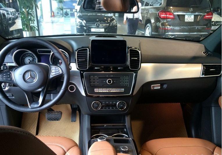 Nội thất xe Mercedes GLE 400 4Matic màu đen 02