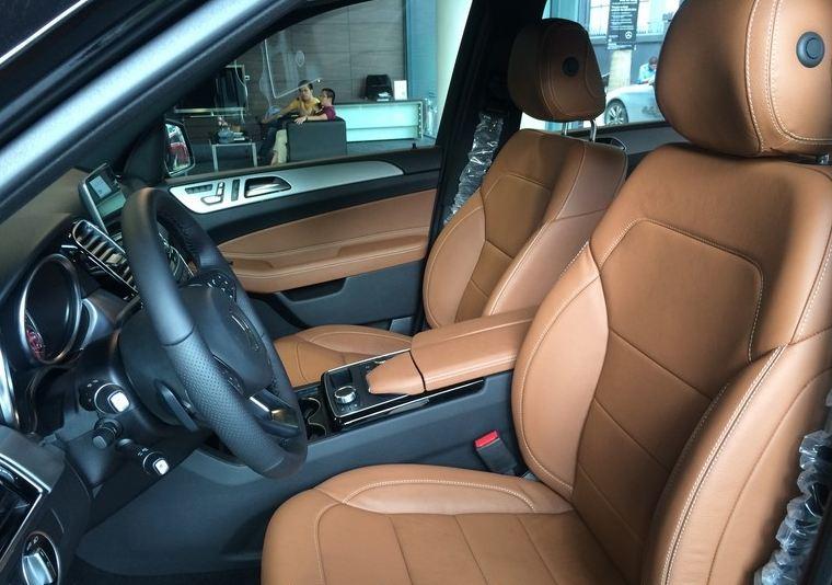 Nội thất xe Mercedes GLE 400 4Matic màu đen 07