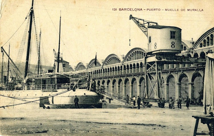 Detalle del vapor TORREBLANCA atracado en el puerto de Barcelona. POSTAL.JPG