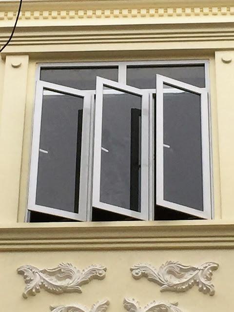 Cửa sổ 3 cánh mở quay nhôm Việt Pháp hệ 4400 màu trắng sứ