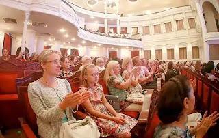 Khán giả quốc tế theo dõi một chương trình biểu diễn của Nhà hát Giao hưởng, Nhạc và Vũ kịch TPHCM tại Nhà hát thành phố.