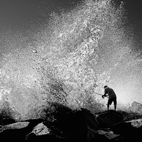 Crazy wave by Nguyen Kien - Black & White Portraits & People ( wave, los angeles, rock, fishing, back and white )