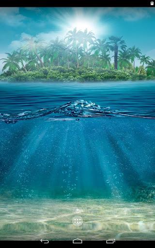 海の表面の下で。
