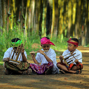 learn to play traditional music by Assaifi Fajarmass - Babies & Children Children Candids ( bali, boys, traditional, candid )
