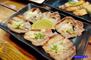 一氣爐端燒 IKKI Robatayaki。鹽蔥牛舌香脆彈牙,邪惡的牽絲馬鈴薯明太子燒。用船槳送餐真有趣。