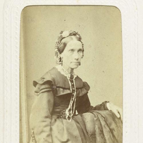652f02ec85bfde Studioportret van een oudere vrouw gekleed in een lange zwarte jurk ...