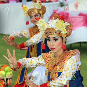 Traditional Balinese dance by Leong Jeam Wong - People Musicians & Entertainers ( headgear, balinese, bali, female, costume, traditional, dance, flower, culture, dancer )