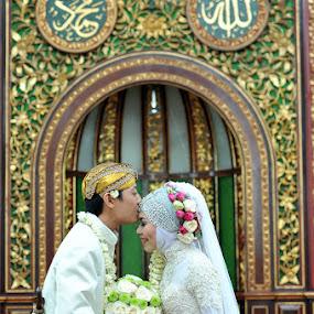 Sacred Kiss | Muslim Wedding on Mosque by Mishbahul Munir - Wedding Bride & Groom ( wedding photographer indonesia, kiss, wedding photography, muslim indonesia, indonesian wedding, wedding photo, wedding photographer, muslim wedding, photographer indonesia )