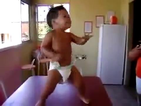 Gracioso Bebe Bailando Samba