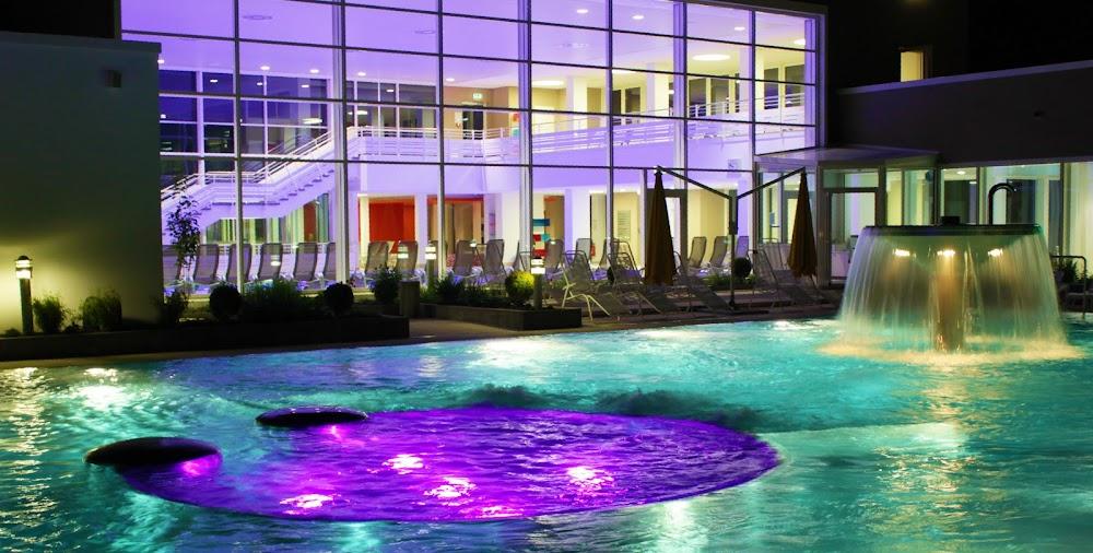 Die verschiedenen Farbenspiele im Außenbecken der Paracelsustherme beruhigen und entspannen