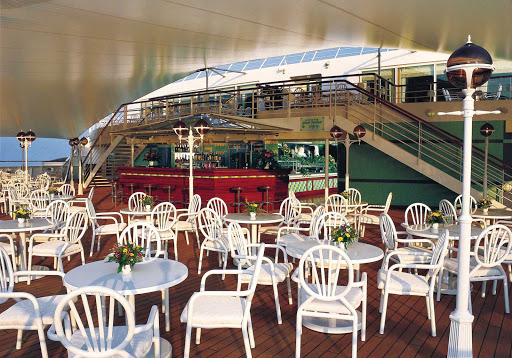 Norwegian-Sun-dining-Great-Outdoor-Cafe - For those who don't want sit-down service, the Great Outdoor Cafe on deck 11 serves up sun and fresh ocean air with its buffet.