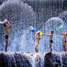 Dari posisi yang lain......Water bender.... by Indrawan Ekomurtomo - Babies & Children Children Candids
