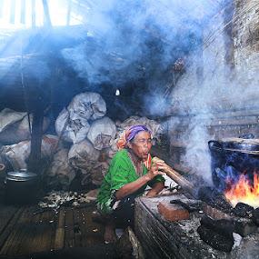 Merebus Air by Ikhsan Effendi - People Portraits of Women ( budaya indonesia )