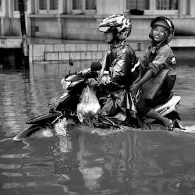 Smile by Jhones Gozali - Black & White Street & Candid ( raining, bw, motorcycle, semarang flood, people )