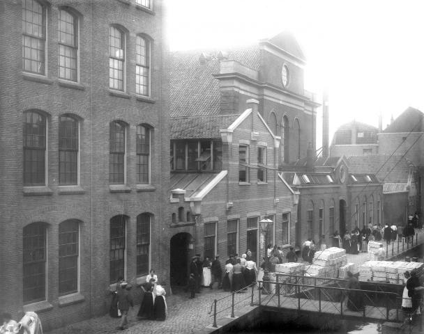 Archiefbeeld: Fabriekspoorten in Leiden